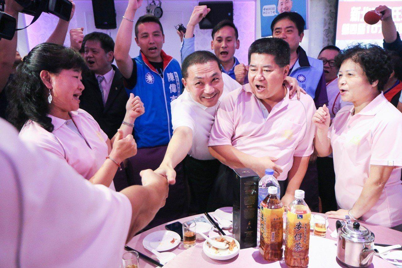 侯友宜出席新北市陳氏宗親會餐會,與現場民眾握手致意。記者王敏旭/攝影