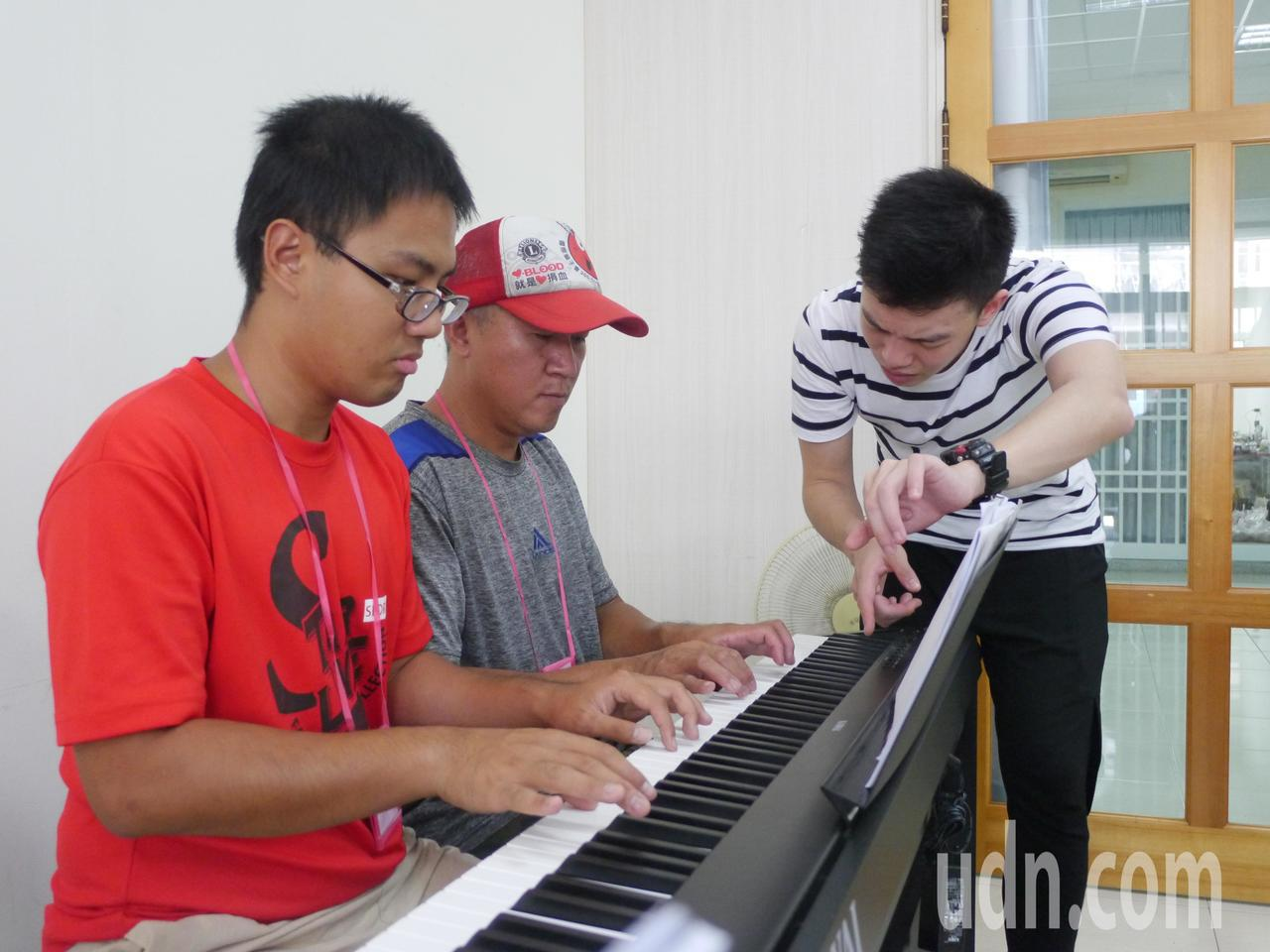 兩位對音樂有興趣的專業農夫一起報名鋼琴班。記者徐白櫻/攝影