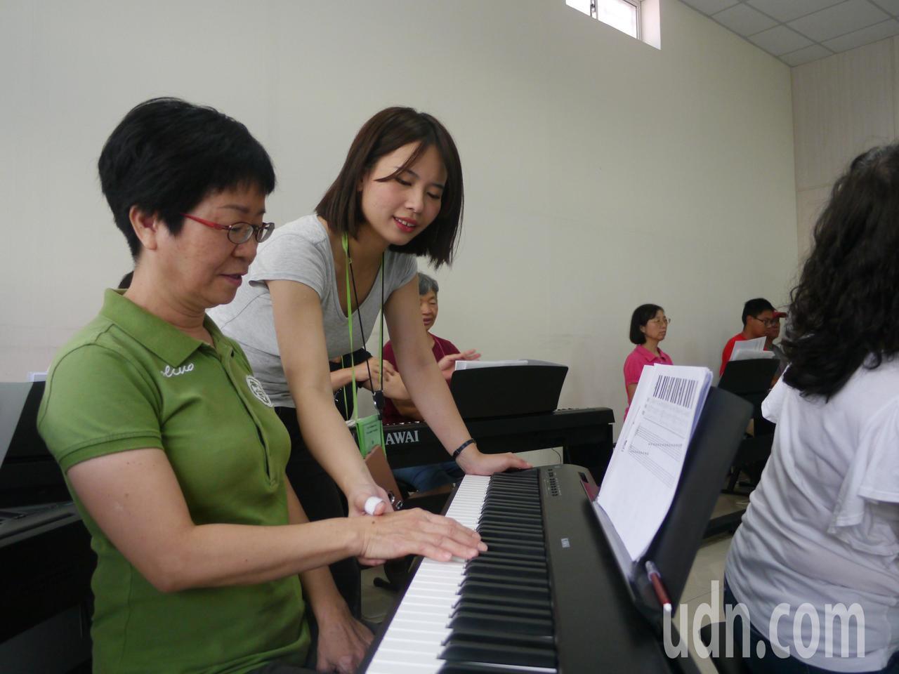 六龜暑期鋼琴班首度開辦成人班,一周上課一次。記者徐白櫻/攝影