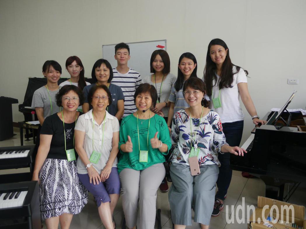 六龜鋼琴班教師群,暑期營隊總共有25名老師參與。記者徐白櫻/攝影