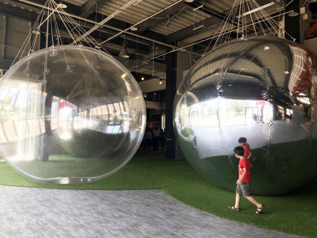 館內有巨型球體裝置藝術,拍照很有意境。記者郭宣彣/攝影