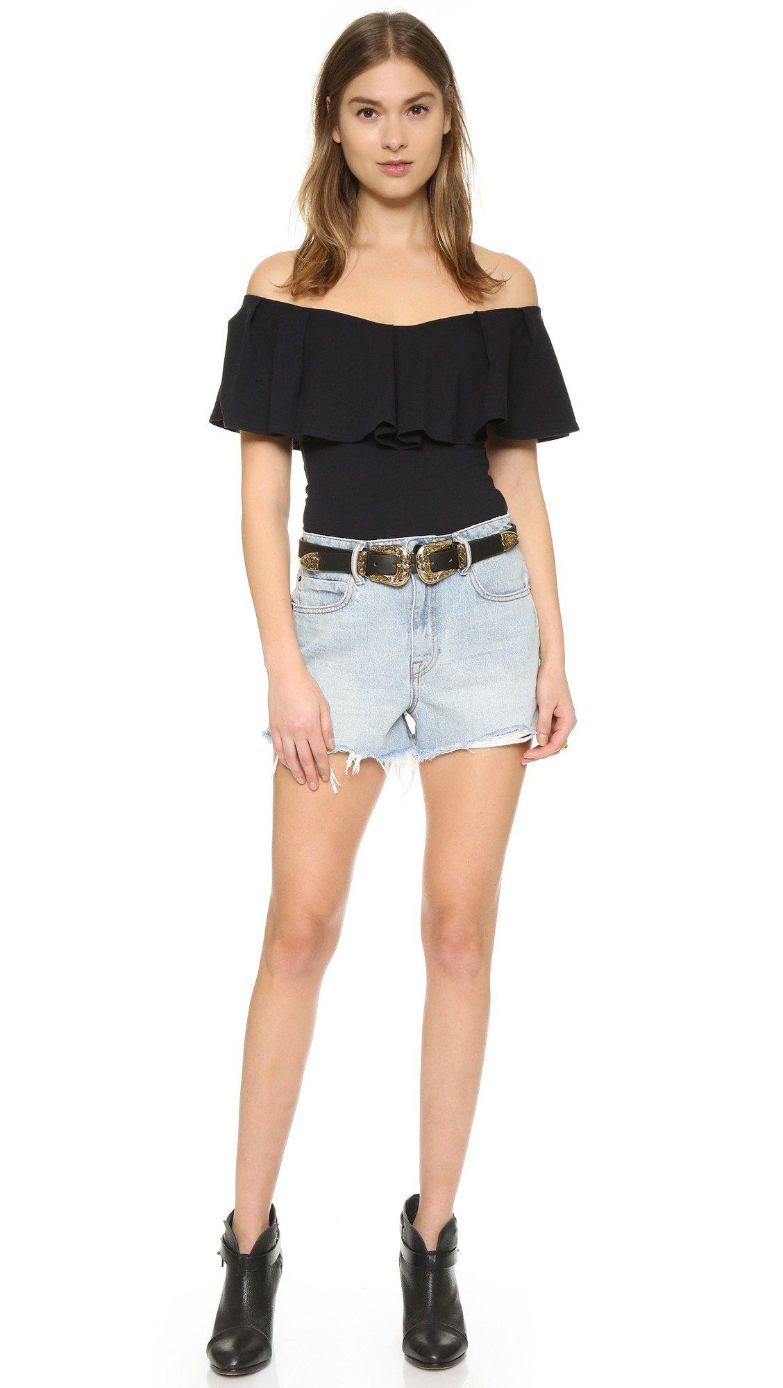 有設計感的腰帶,讓牛仔短褲看起來既復古又前衛。圖/SHOPBOP提供