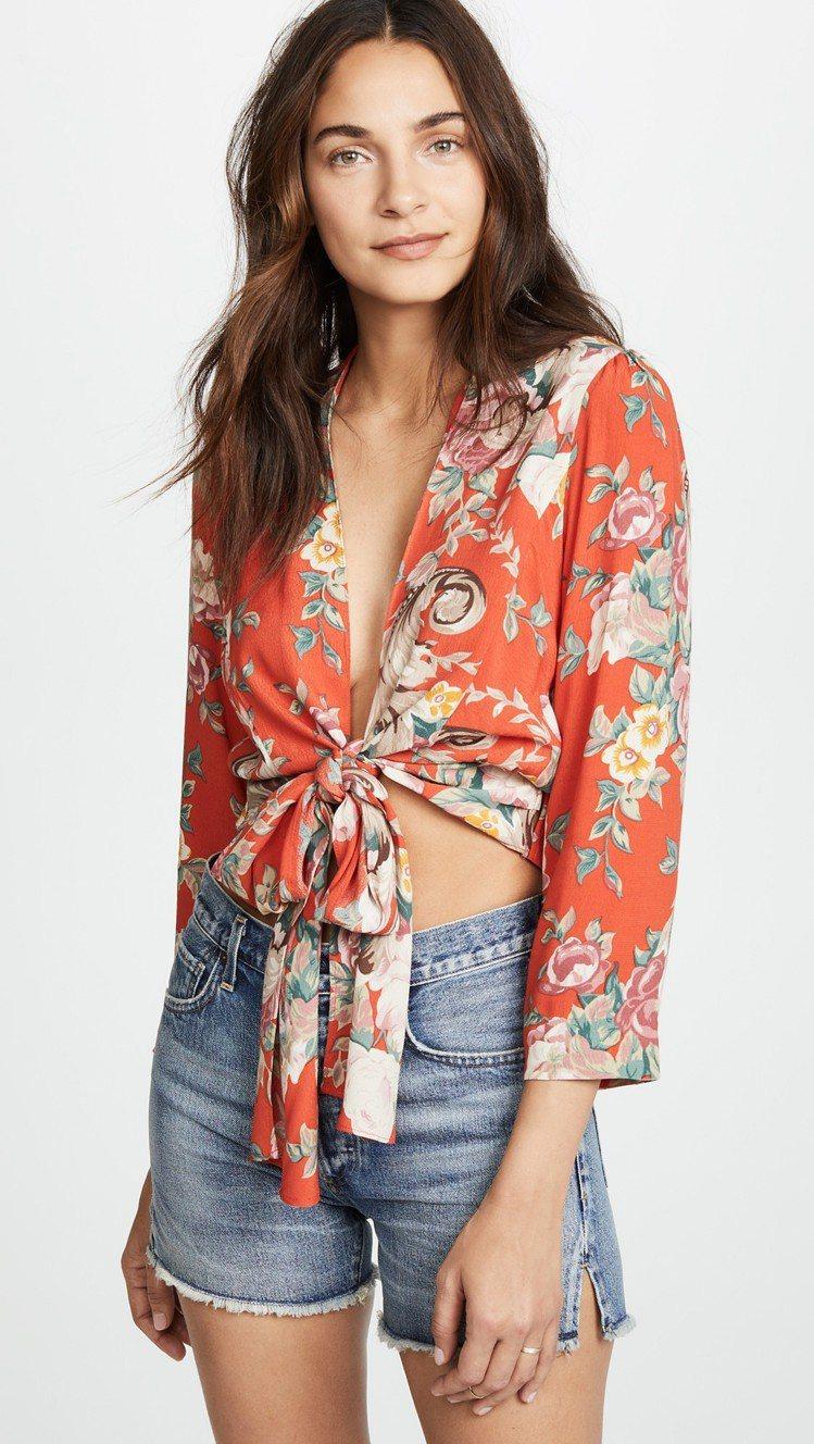 印花上衣搭配露腰線的穿搭法,時尚態度滿分。圖/SHOPBOP提供