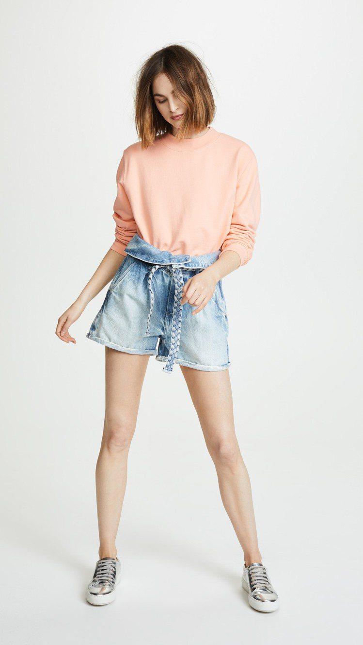 高腰綁帶牛仔短褲兼具舒適性與修飾身材的視覺效果。圖/SHOPBOP提供