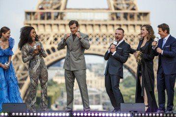 湯姆克魯斯第6度掛帥的「不可能的任務:全面瓦解」在巴黎舉行首映會,他和「超人」亨利卡維爾及蜜雪兒莫納漢、蕾貝卡佛格森、凡妮莎寇比、安琪拉貝賽特等現身夏佑宮廣場前的紅地毯、背後有著名的艾菲爾鐵塔為背景...