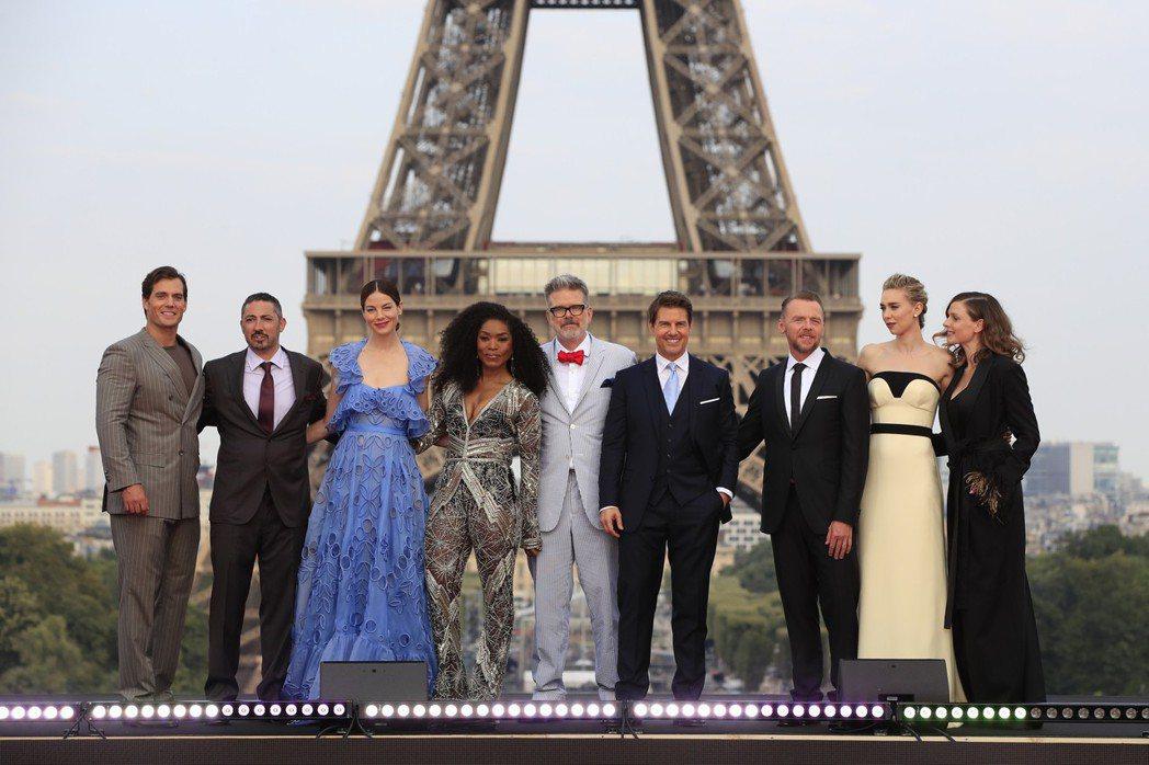 「不可能的任務:全面瓦解」主要演員和導演齊聚巴黎,舉行首映典禮。(美聯社)