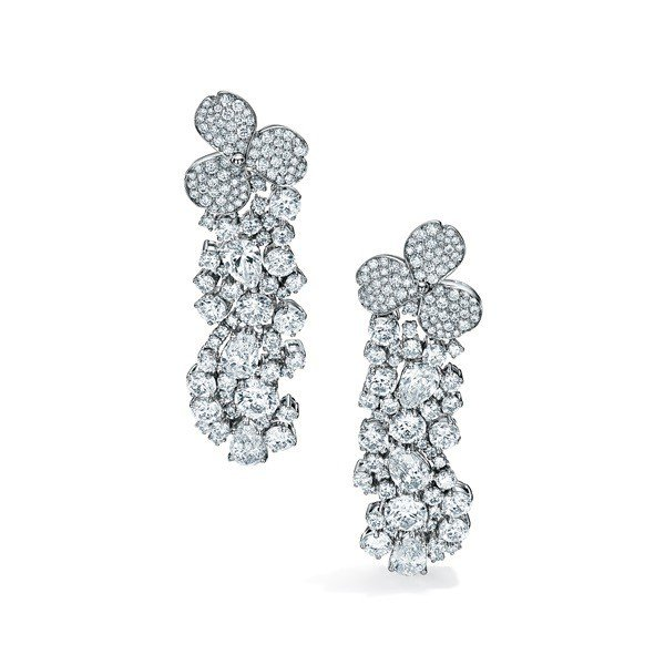 Tiffany Paper Flowers高級珠寶系列,鉑金鑲嵌總重逾15克拉梨...