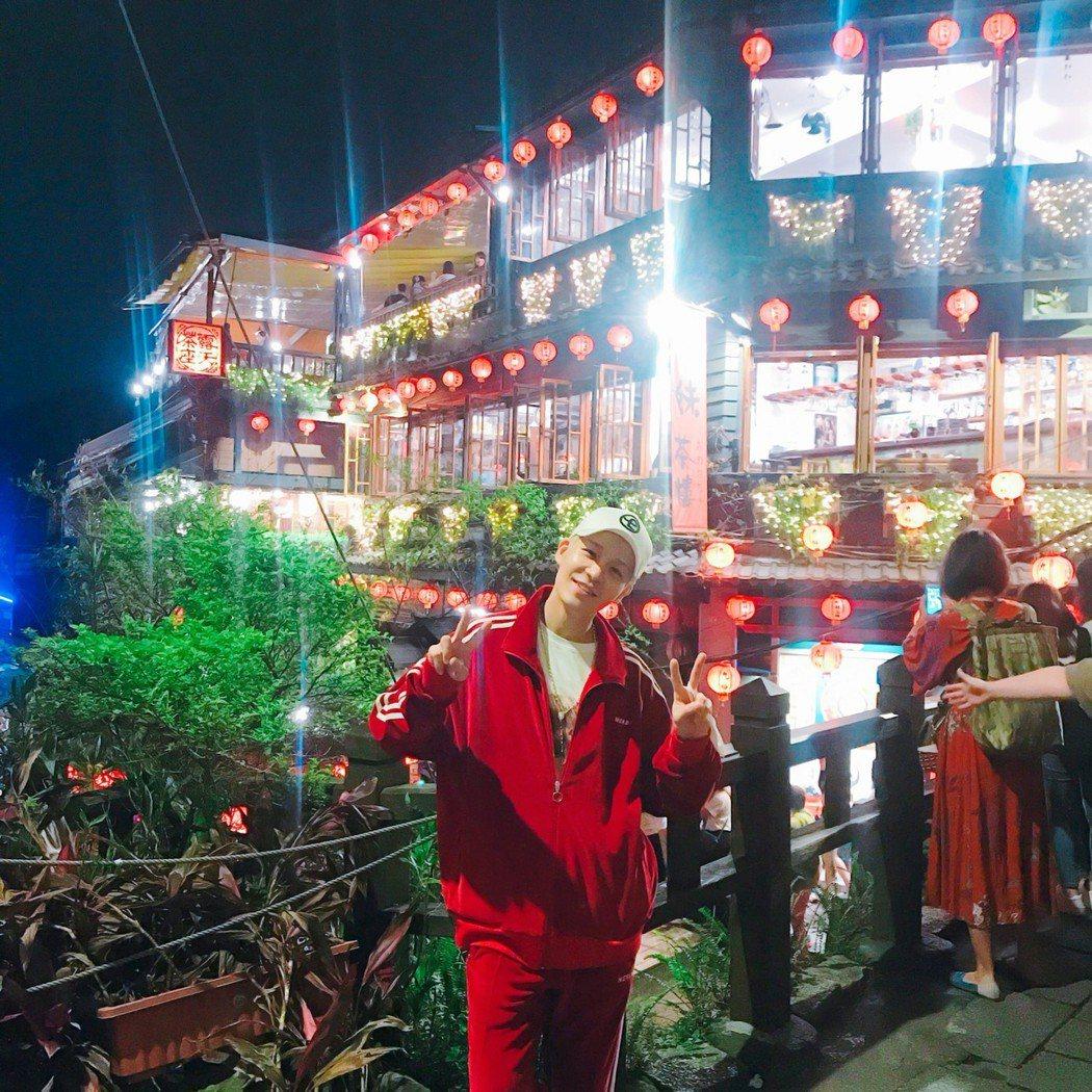 姜成勳在九份的照片曝光。圖/WOORI娛樂提供