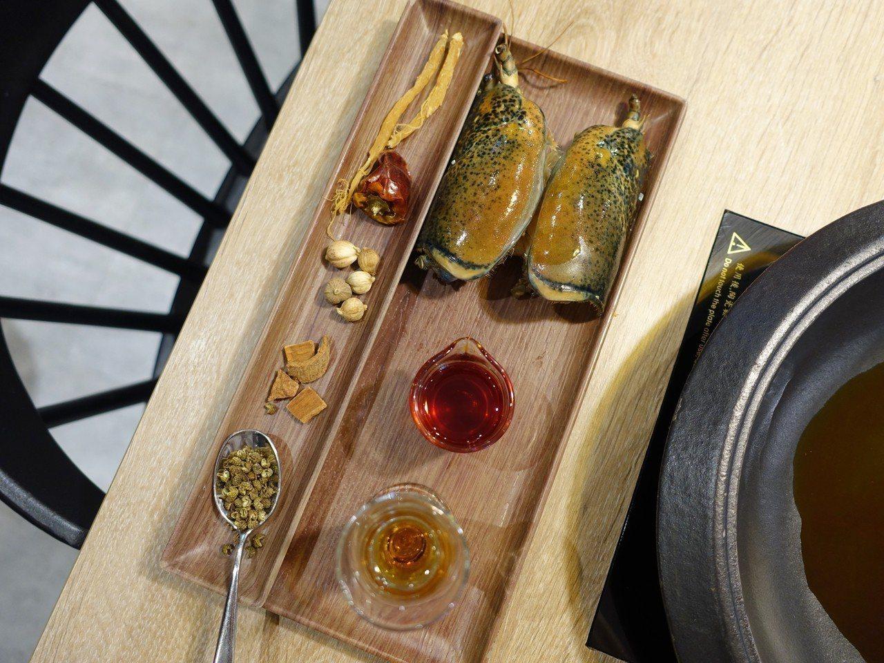 「麻辣龍蝦湯頭」增加了含有海鮮味的辣油與辛香料、中藥材。記者張芳瑜/攝影