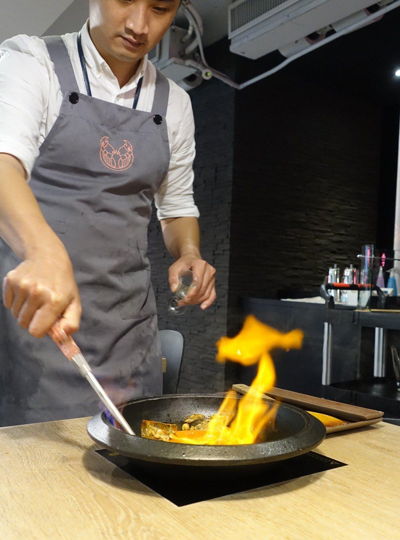 龍石鍋物招牌「火焰Table秀」,加白蘭地點火提升鮮味。記者張芳瑜/攝影