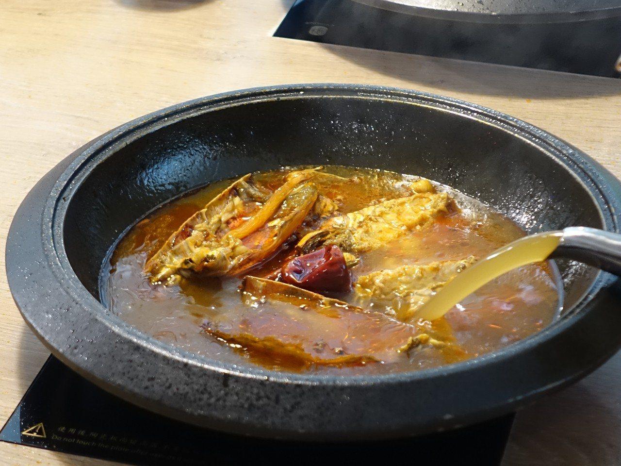 爆炒龍蝦頭後倒入「可以喝」的麻辣龍蝦高湯。記者張芳瑜/攝影