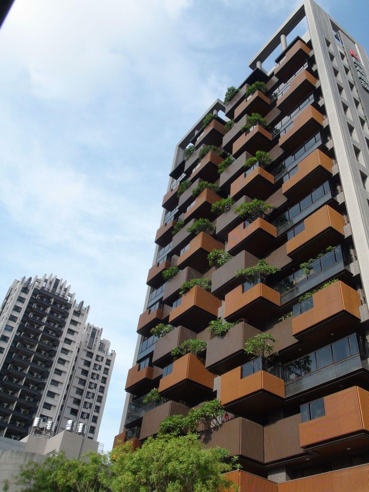 高雄市政府今天再重申,「景觀陽台」是可供人活動實質使用空間,依法予以產權登記,無...
