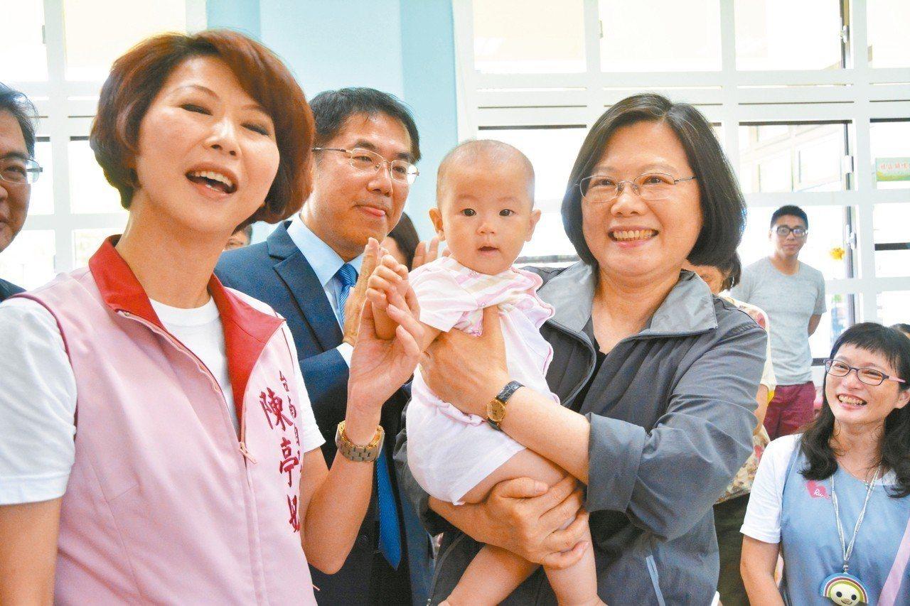 總統蔡英文(右二)昨到台南視察,還抱起小孩,黃偉哲(左二)、陳亭妃(左一)也一路...