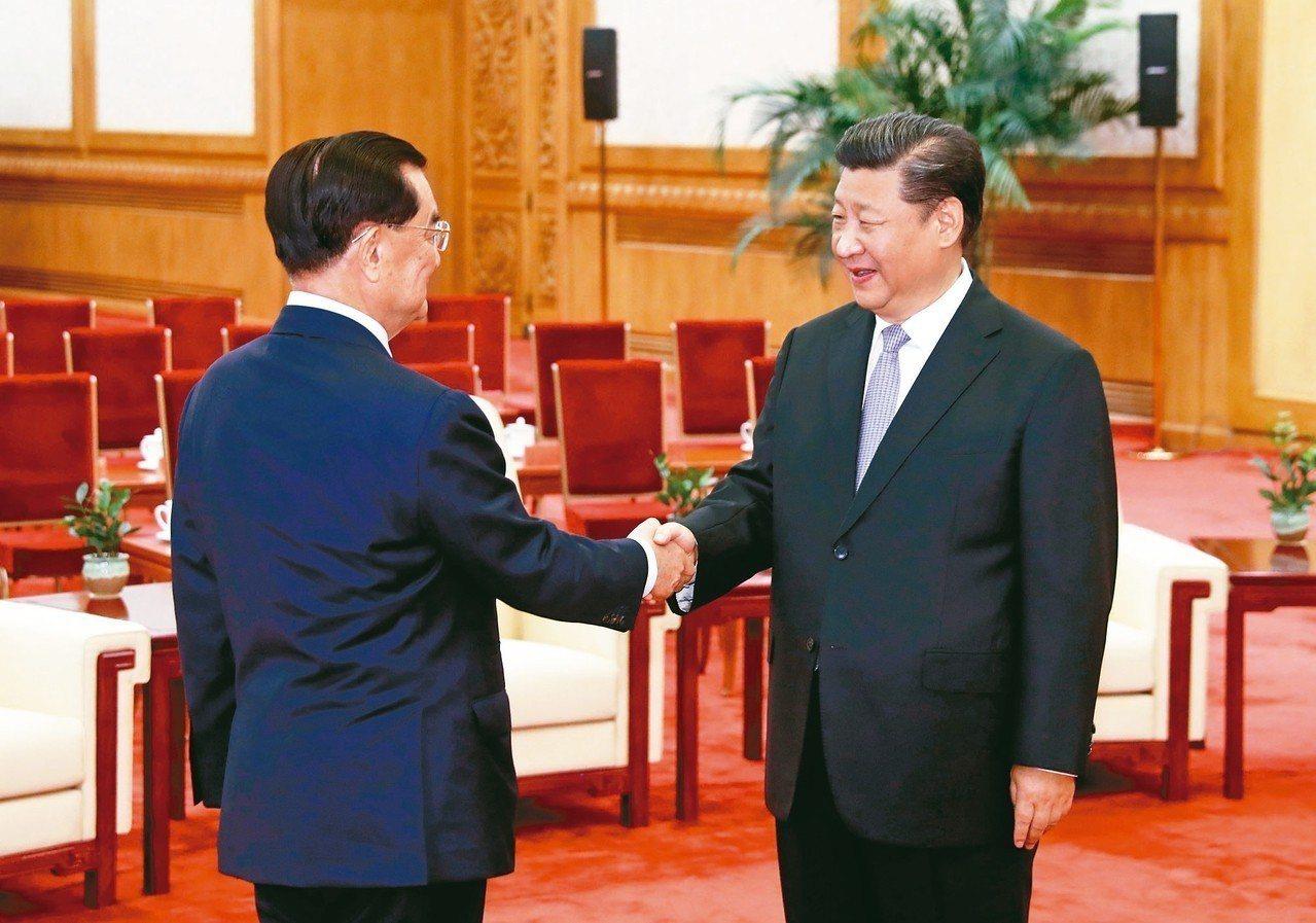 中共總書記習近平(右) 昨天在人民大會堂會見國民黨前主席連戰(左)率領的台灣各界...