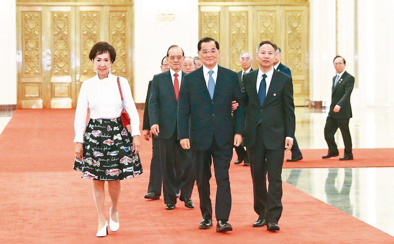 國民黨前主席連戰偕夫人(前左二、左一)與台灣各界人士昨天到北京人民大會堂與習近平...
