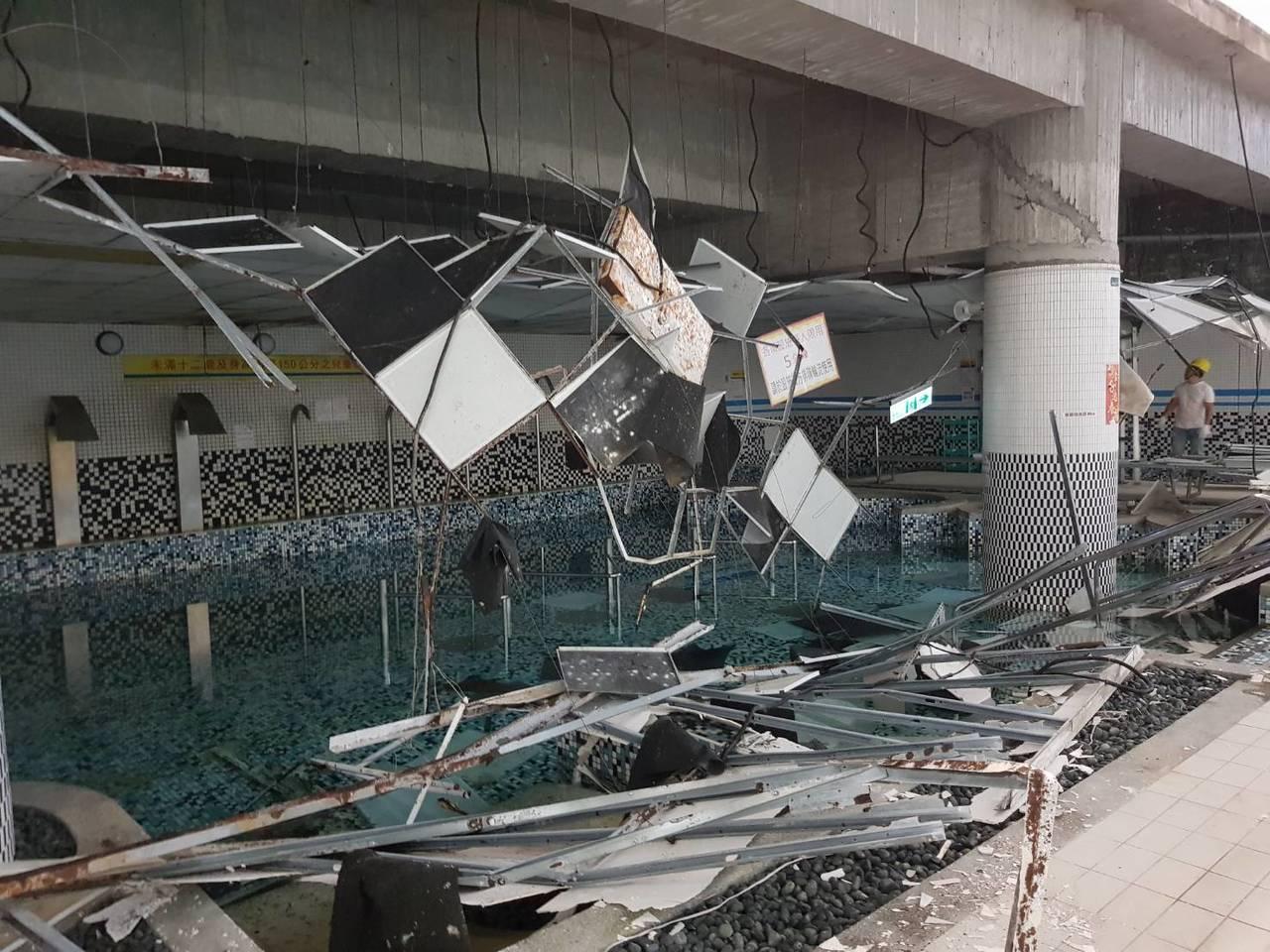 南港運動中心泳池邊天花板輕鋼架掉落。記者翁浩然/攝影