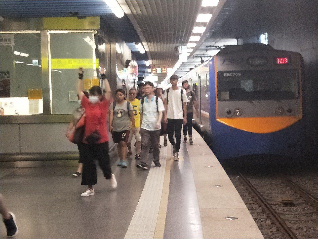 基隆火車站下午人潮很多,到站列車也都延誤10分鐘以上。 記者游明煌/攝影