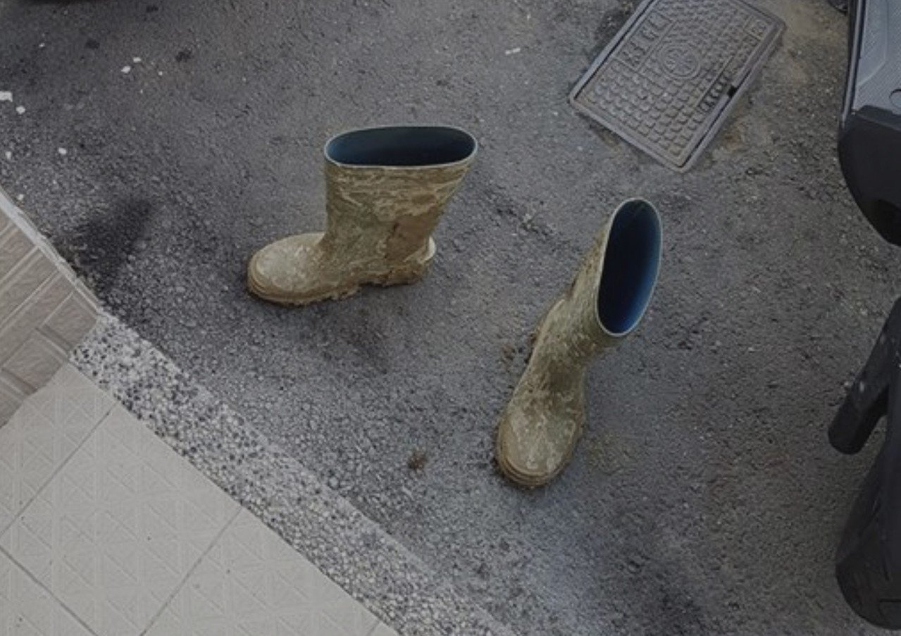 這名施工工人因為擔心鞋子的污漬弄髒超商地板,脫鞋進入成功里內超商。記者綦守鈺/翻...