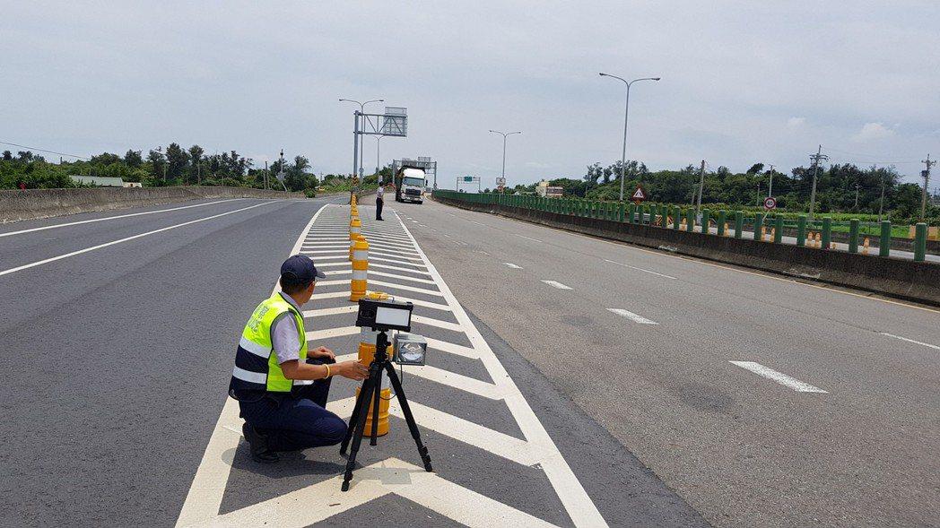 西濱公路的執法空間有限,警方只能利用入、出口匝道的槽化線測照,常有車輛擦身而過,...