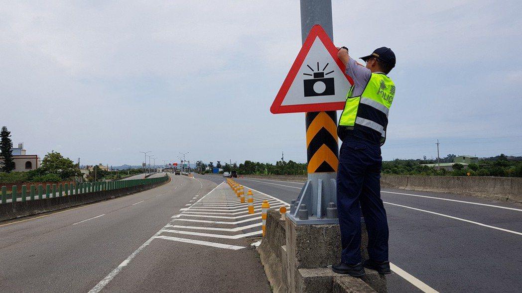 員警在西濱公路測照前,必須在前方300至1000公尺綁上「前有測速照相」警告標誌...