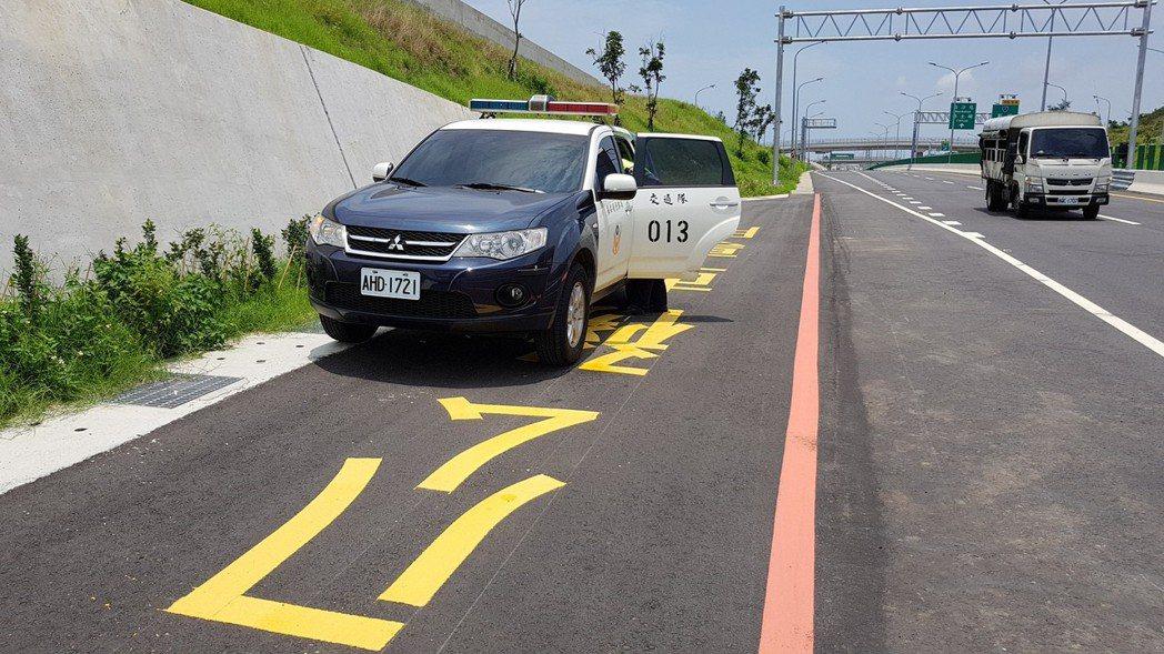 公路總局在西濱公路通霄新埔新通車路段設有公務車專用的避車彎可供警方測照,但相關警...