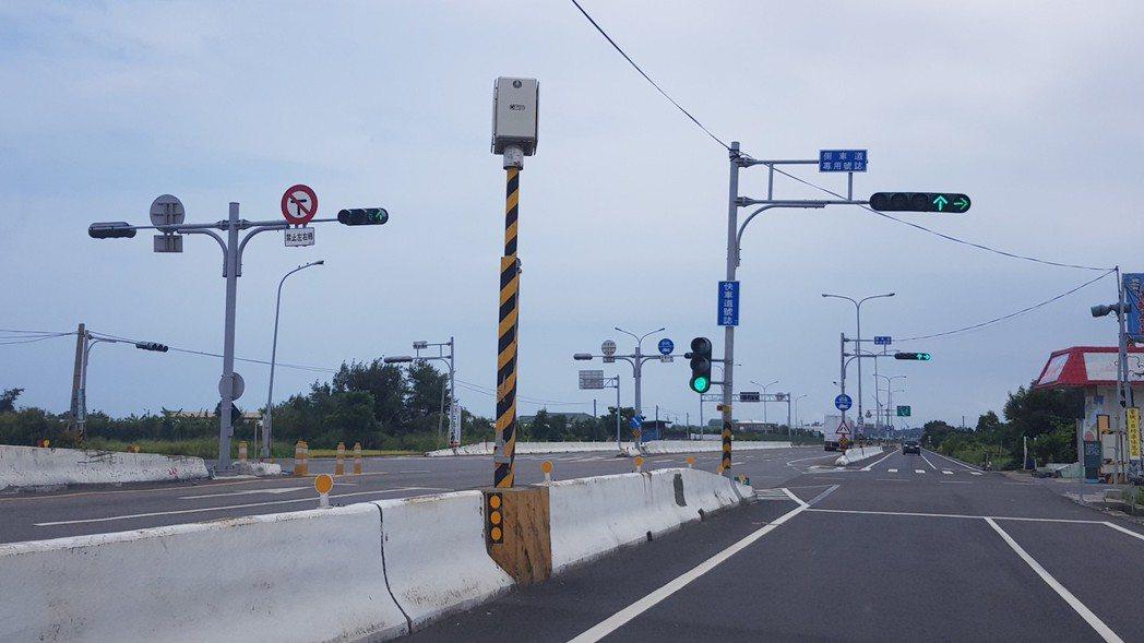 西濱公路苗栗縣路段只設有3支固定式闖紅燈照相設備,沒有取締超速的固定式測照設備,...