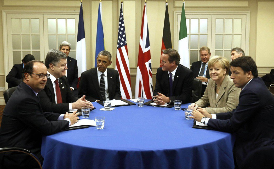 2014年北約峰會在英國威爾斯舉行,時任美國總統歐巴馬(左三)與各國領袖討論烏克...