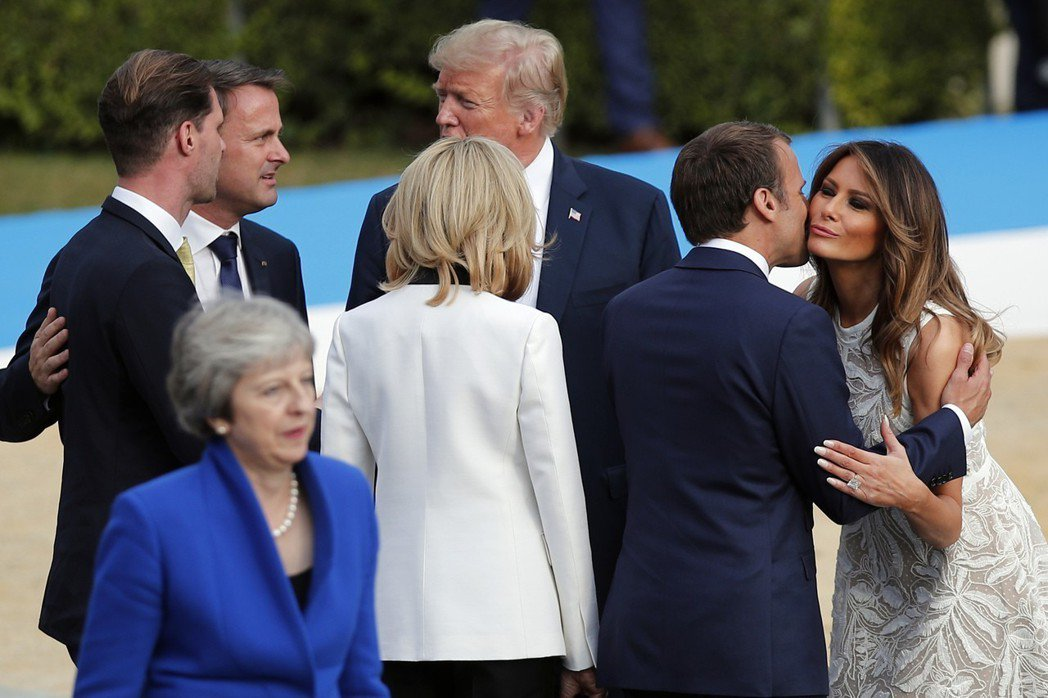 今年北約峰會領袖大合照時,法國總統馬克宏(右二)與美國第一夫人梅蘭妮亞(右一)打...
