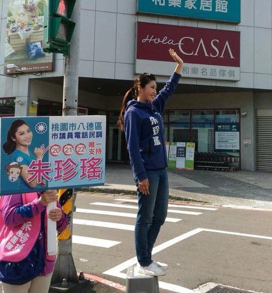 桃園八德區市議員參選人朱珍瑤為爭取新人曝光機會,一早就會站上板凳,在街頭向民眾拜...