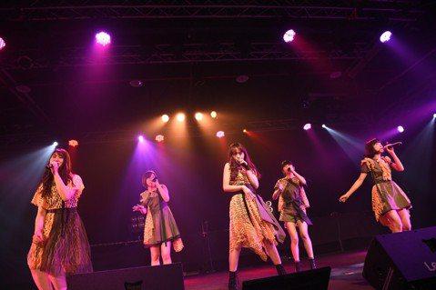 日本美聲女團「Little Glee Monster」14日在台北Legacy開唱,誠意十足表演阿卡貝拉版本「魚仔」,她們前一晚吃了小籠包、空心菜、酸辣湯,再去逛夜市喝最愛的珍珠奶茶,還吃了胡椒餅、...