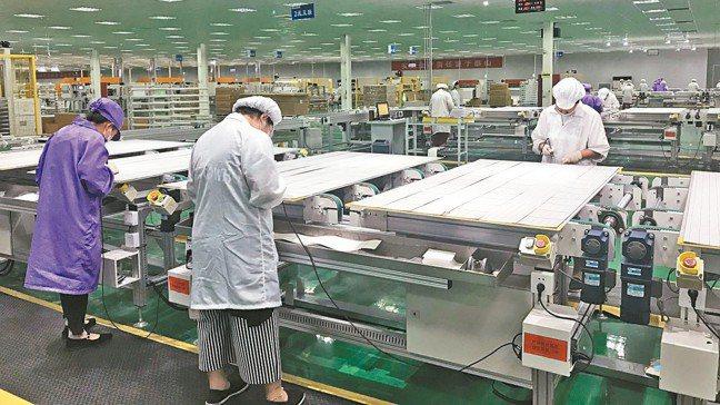 徐州嘉寓光電沛縣廠太陽能面板生產線。 特派記者杜宗熹/攝影