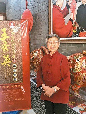 高齡80歲的王秀英製作的手工香包,在大陸爆紅。 特派記者杜宗熹/攝影