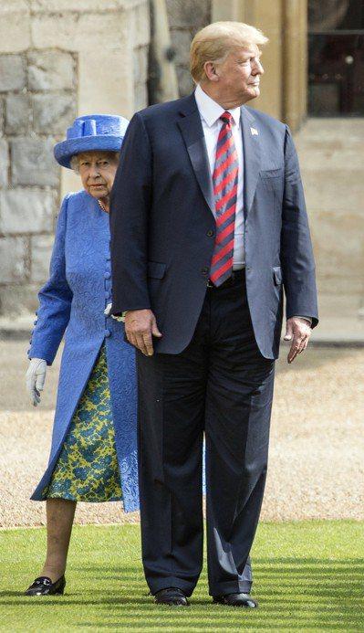 川普訪英,13日與英女王檢閱英國衛隊時,一度走在92歲的女王前面,算是微微失禮。...