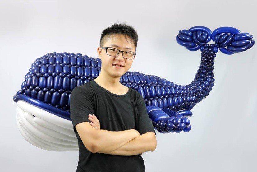 宋俊霖參加美國創意氣球大賽,以「台灣藍鯨」獲得冠軍。 圖擷自街頭藝人 宋俊霖
