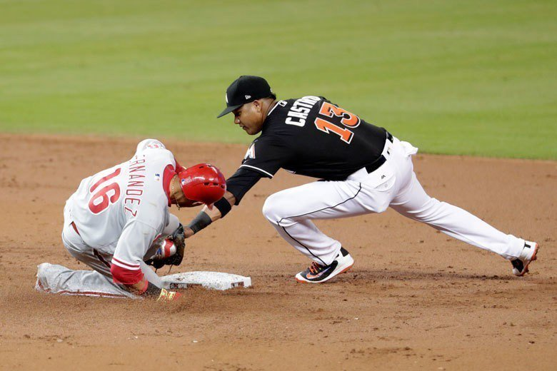 黑白走!費城人第一棒費南德茲(左)在三局上擊出一壘安打,衝二壘時被馬林魚二壘手卡...
