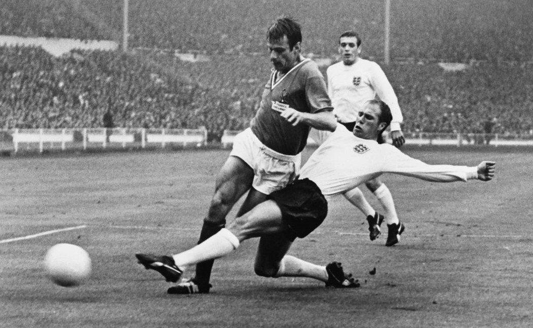 在1966年世界盃,法國隊(深色衣)不僅被死敵英格蘭(白色衣)擊敗,還以小組墊底...