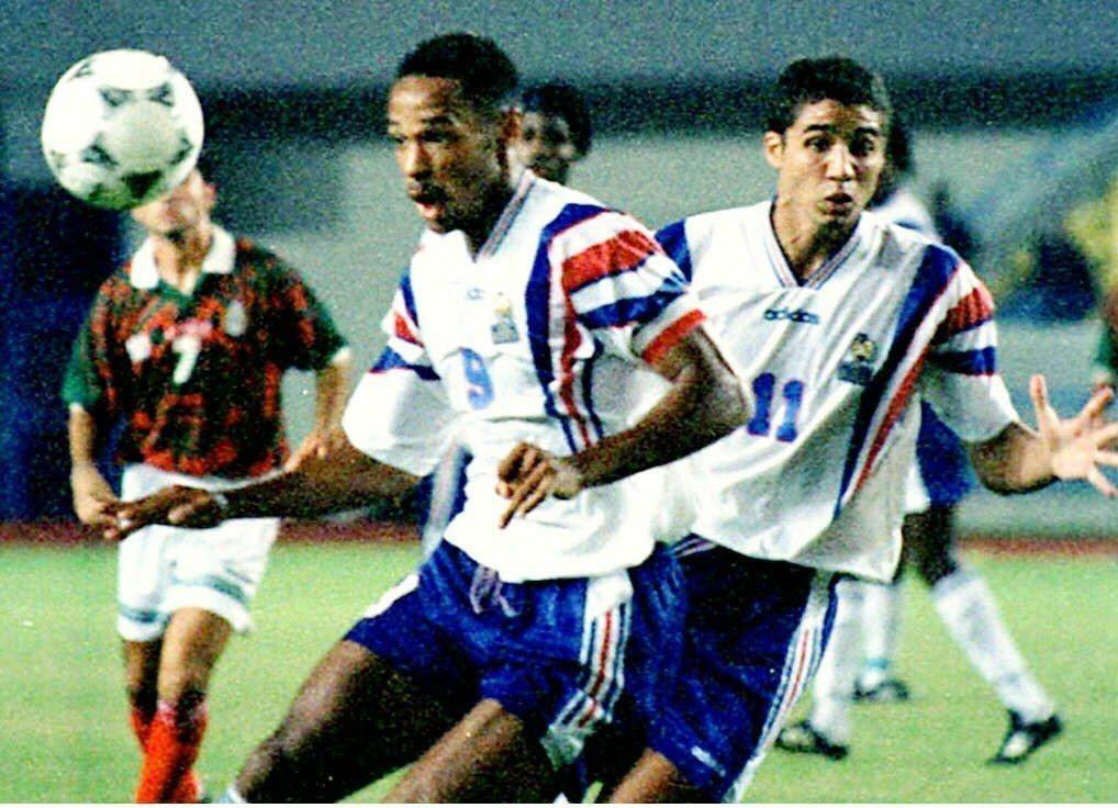 亨利(白色9號)是法國國家足球學院的天之驕子。圖為1997年馬來西亞世青賽,代表...