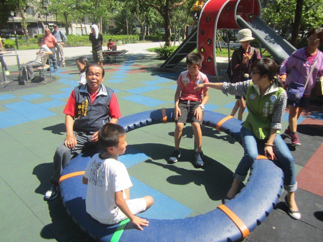 新北市議員李倩萍(右)昨天會同里長和民間團體到即將啟用的三重六和公園會勘,查看共...
