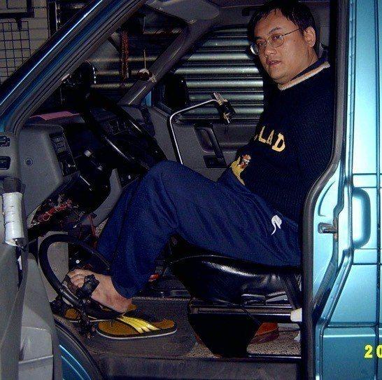 口畫家陳世峰從小失去雙臂,為重新適應生活,除了以口代手,自己也學習改裝車輛,用腳...