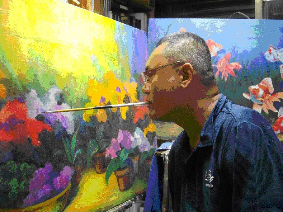 不因失去雙臂而喪志,口畫家陳世峰靠著過人意志力勇闖藝術界,如今打響名號,不僅長期...