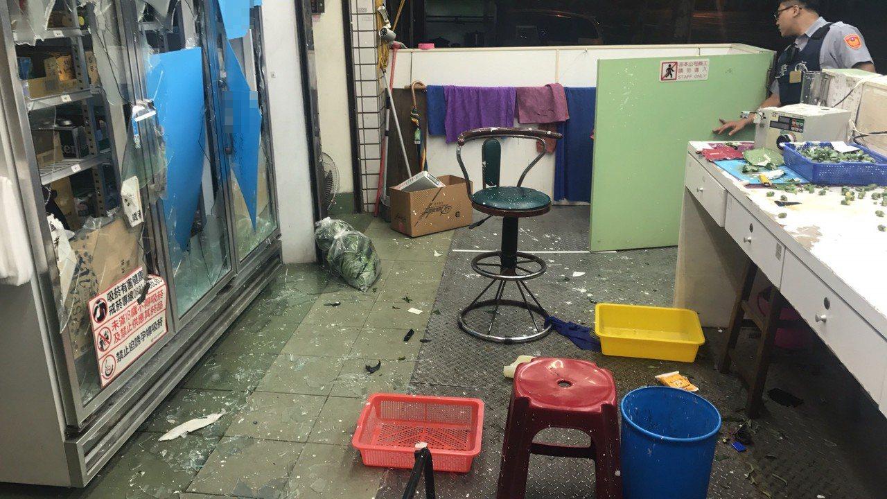 高市鳳山區中山東路上的某檳榔攤今凌晨遭人持棍棒砸毀。記者劉星君/翻攝