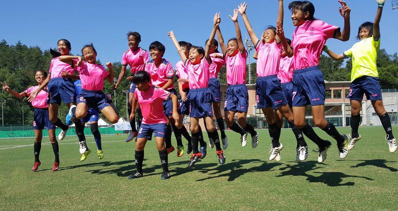 高雄市後勁國小女子足球隊獲國際分齡足球錦標賽U12女子組冠軍,小球員們開心的跳起...