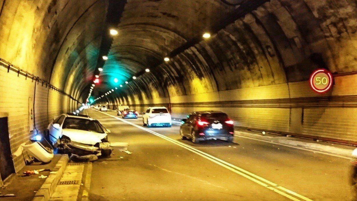 萬里隧道今天上午發生一輛自小客進入隧道時,疑車速過快打滑自撞,駕駛頭部受傷送醫。...