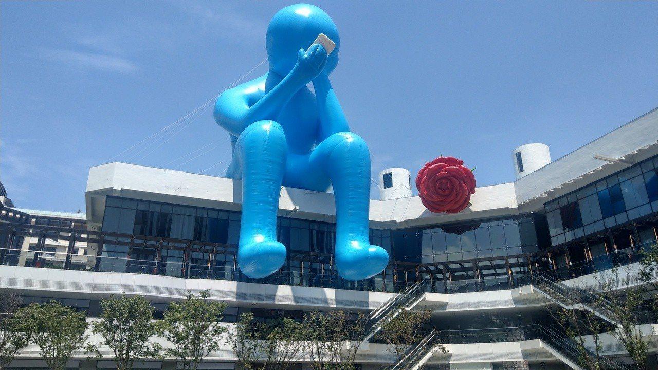 遊客站在台中軟體園區Dali Art藝術廣場中庭,即可發現醒目的藍色「沈思者」裝...