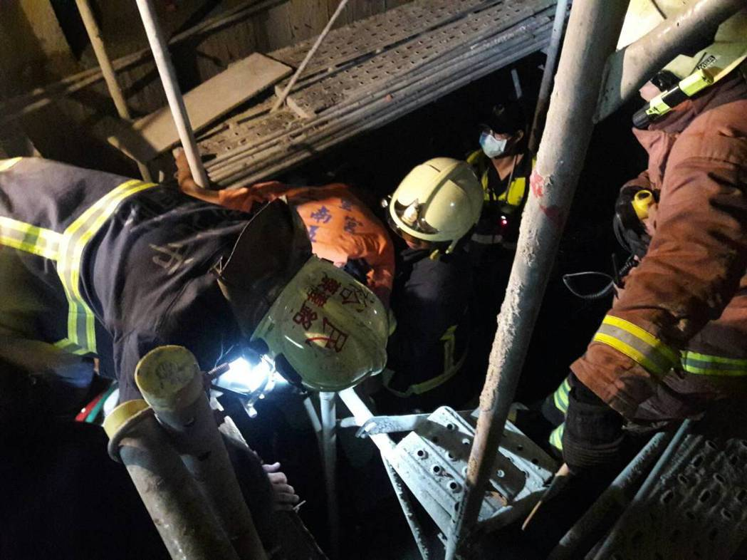 新北市新莊區壽山路一處工地今天發生工安意外,一名工人墜落電梯井,且被鋼筋刺穿胸部...