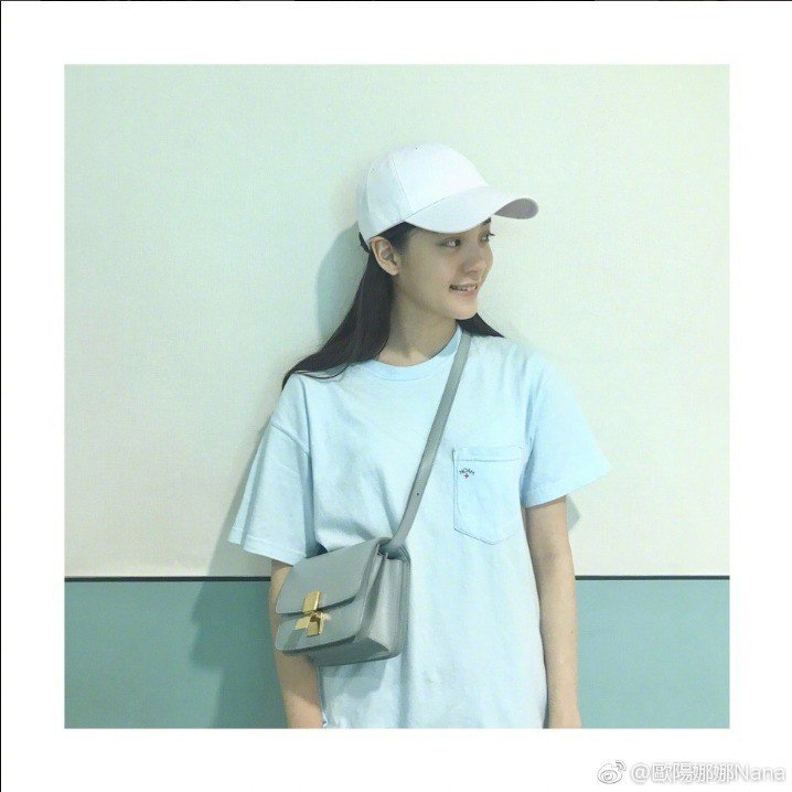 歐陽娜娜以青少女的俏麗巧搭Classic包款。圖/取自微博
