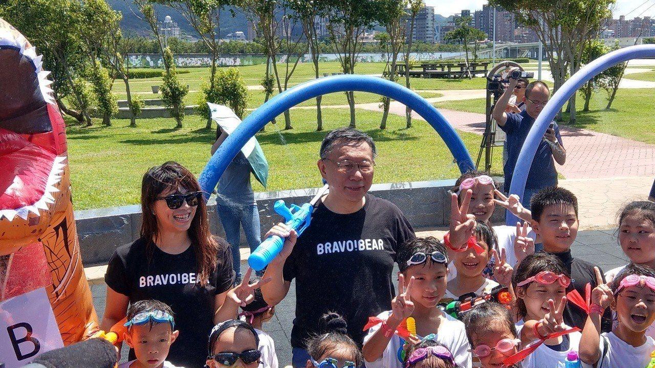台北市長柯文哲上午參加大佳河濱公園河岸童樂會,與小朋友打水仗。記者楊正海/攝影。