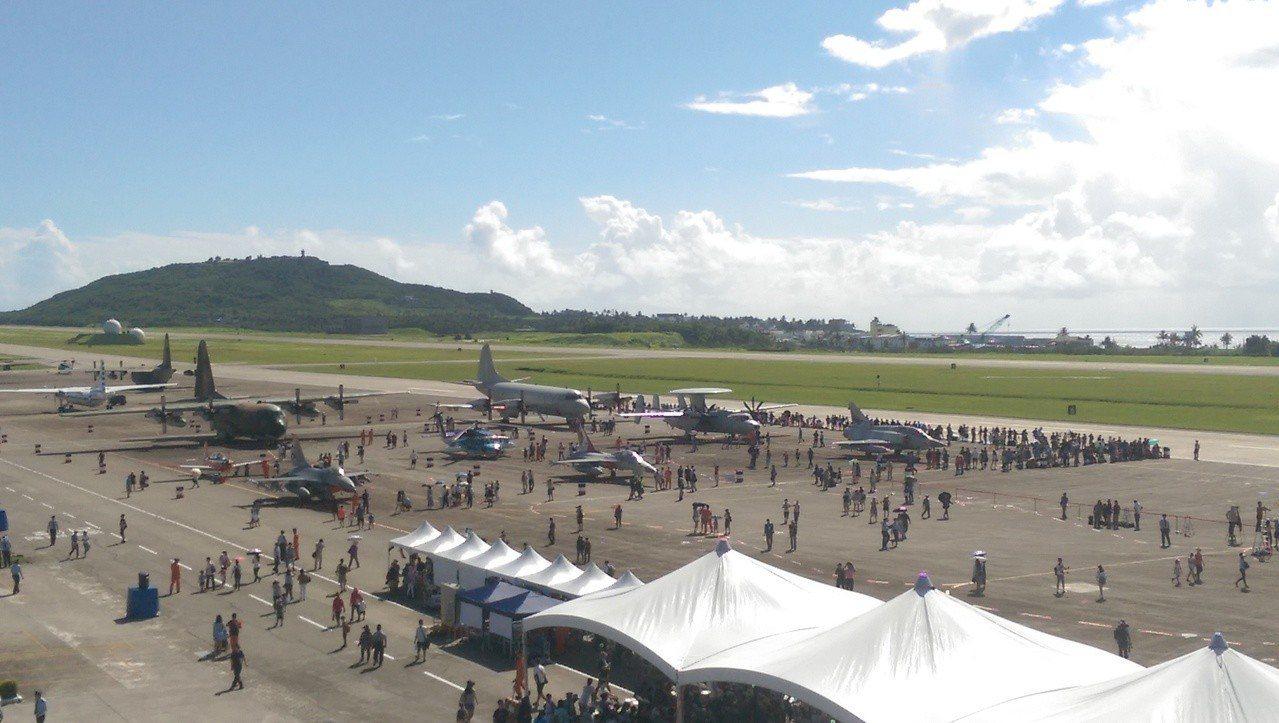 空軍台東志航基地今天營區開放,吸引近萬民眾湧入基地內。記者尤聰光/攝影