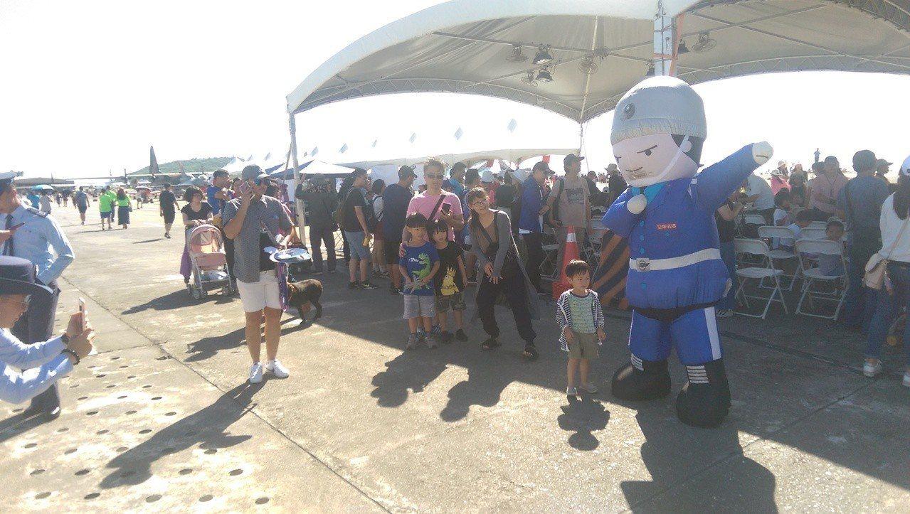 空軍儀隊人偶,人氣非常高,最受小朋友喜愛。記者尤聰光/攝影
