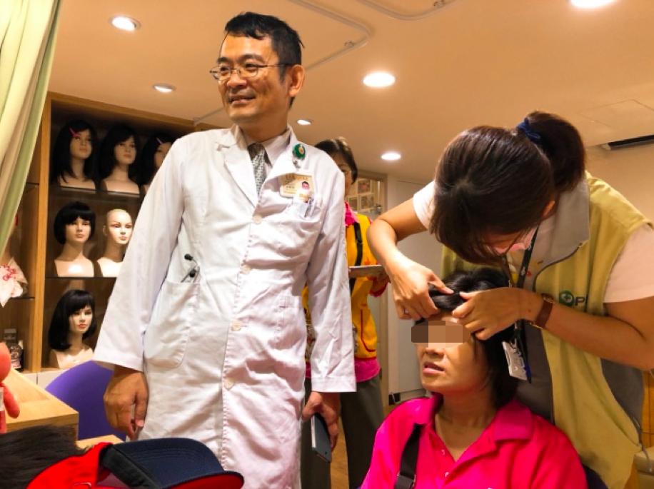 臺北榮民總醫院桃園分院安寧團隊主任杜俊毅,親自陪同至髮廊鼓勵呂女士。圖/榮總提供